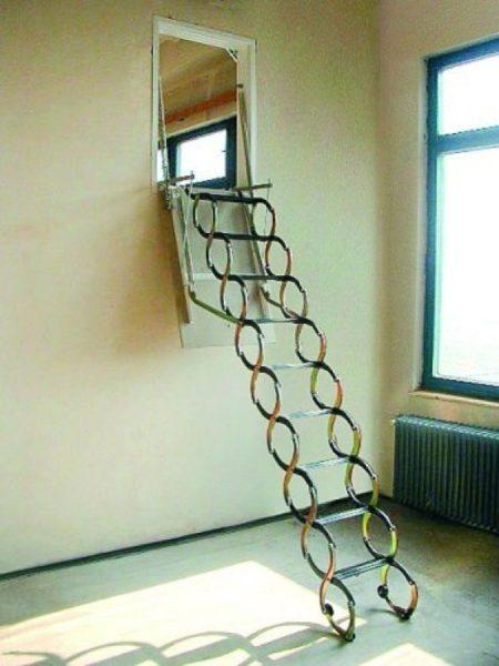 Те же горизонтальные люки на чердак с лестницей могут превратиться и в вертикальные