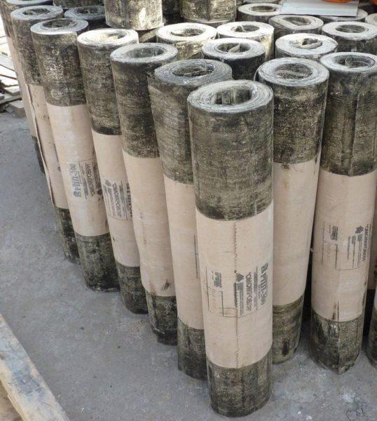 Толь в рулонах — самое распространенное покрытие для навесов, сараев и других хозпостроек
