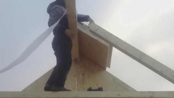 Торец стропилины спилен под нужным углом чтобы вплотную прислониться к коньковой балке