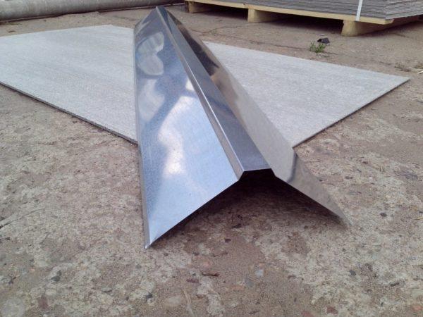 Установив оцинкованный конек на крышу, мы обеспечим надежную защиту от протекания в этой области