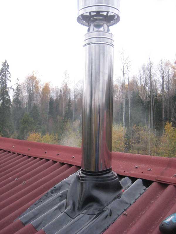 Вывод металлической дымоходной трубы через крышу из профнастила 2