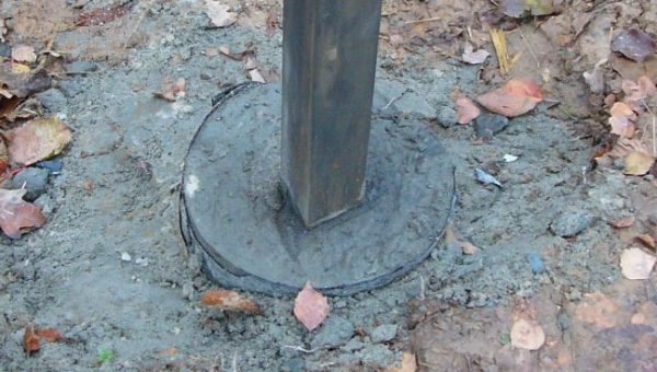 В верхней части лунку можно обернуть рубероидом, хотя это необязательно