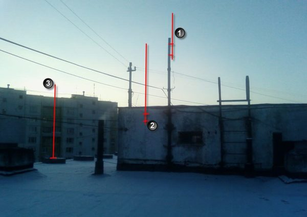 Вот пример хороших и безопасных мест установки антенн на крыше многоквартирного дома