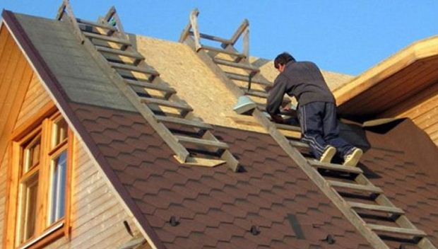 Вот такая лестница позволяет безопасно работать на крыше