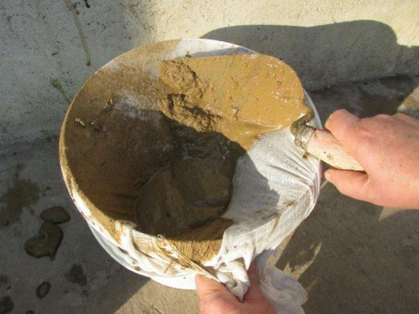 Замоченную глину нужно процедить для удаления примесей
