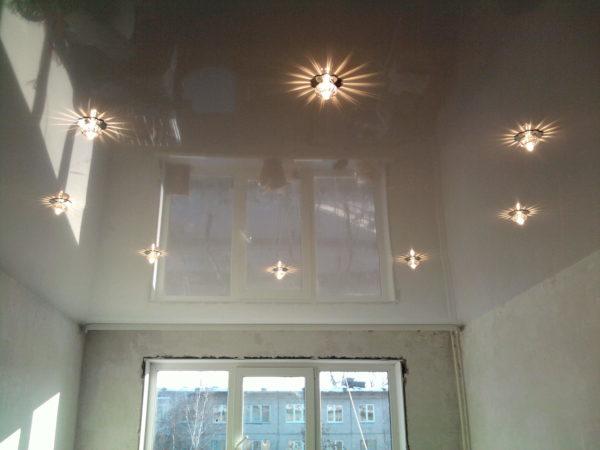 Стоит ли устанавливать зеркальный натяжной потолок